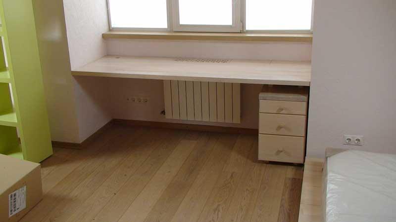 Письменный стол, под размер окна.